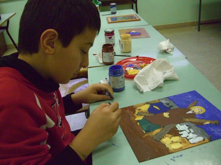 Elev care picteaza o icoana pe sticla