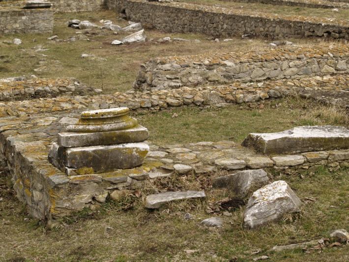 Ce a mai ramas din Ulpia Traiana Sarmizegetusa, Foto: looknwalk.wordpress.com
