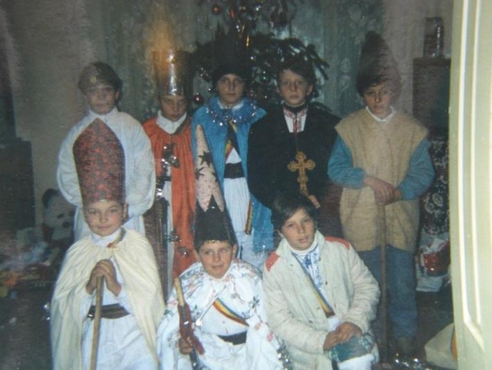 Copii interpretand colindul Irozii, Foto: parohiaortodoxabucium.wordpress.com