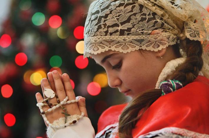 Fetita rugandu-se in biserica, Foto: caffearabica.wordpress.com