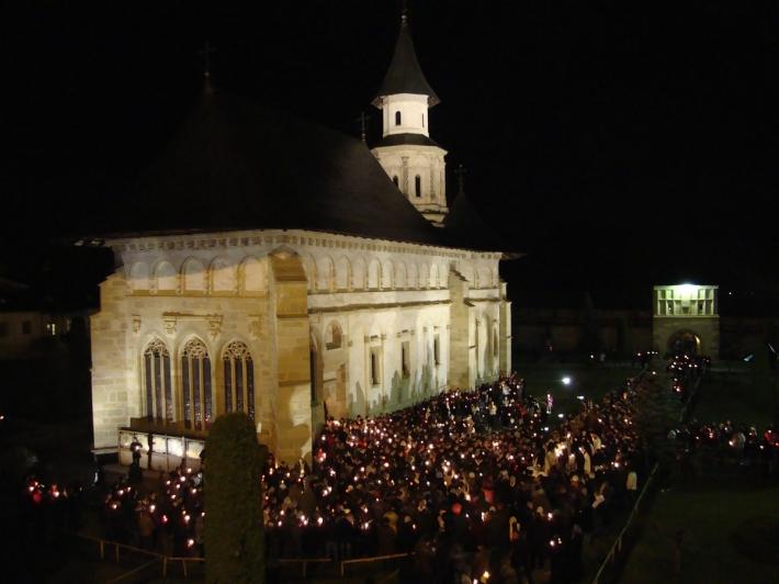 Crestini in Noaptea de Inviere la Manastirea Putna, Foto: romaniadacia.wordpress.com