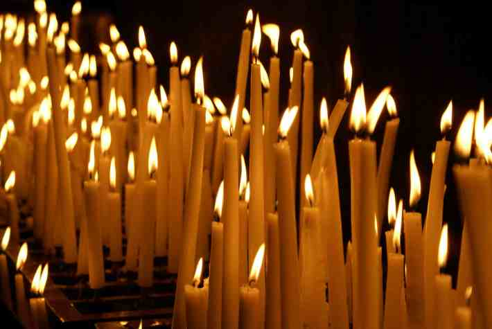 Lumanari aprinse in Nopatea Invierii, Foto: mychristmycare.wordpress.com