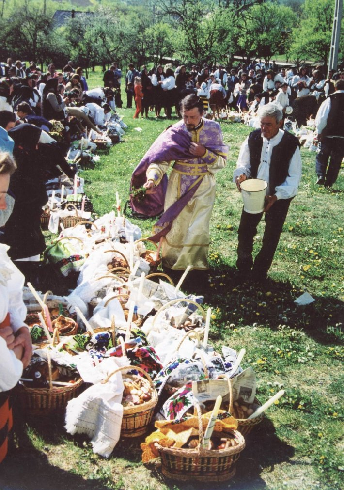 Sfintirea cosurilor cu bunatati de Paste, Foto: surprising-romania.blogspot.com