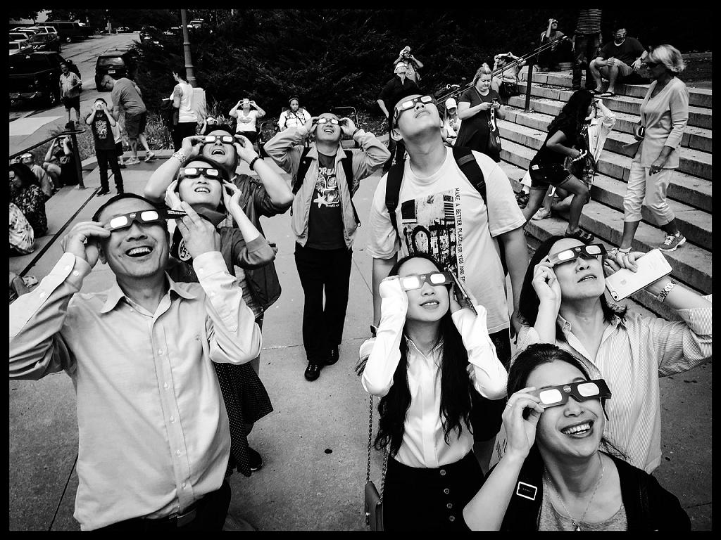 oameni privind eclipsa solara