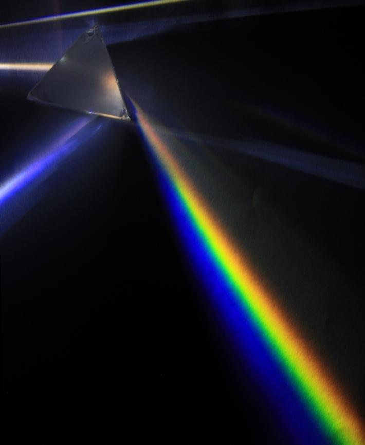 Experiment: dispersie de lumina a unei lampi cu vapori de mercur cu o prisma de sticla, Autor: D-Kuru, Foto: en.wikipedia.org