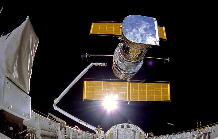 Telescopul spatial Hubble desprinzandu-se de naveta spatiala Discovery in 1990, Foto: en.wikipedia.org