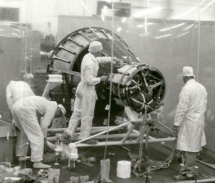 Tehnicienii si nava spatiala pentru Proiectul Mercury, Foto: en.wikipedia.org