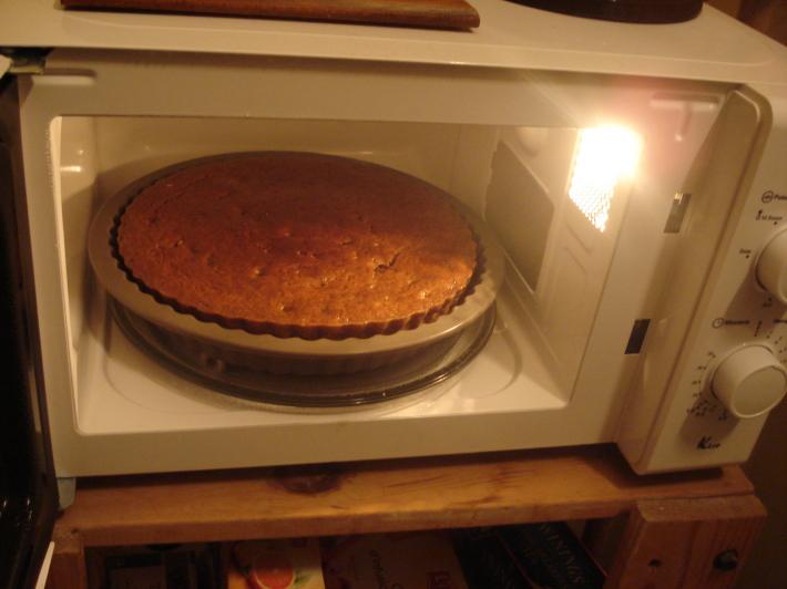 Prepararea unei prajituri in cuptorul cu microunde, Foto: delaneyraeolivia.wordpress.com