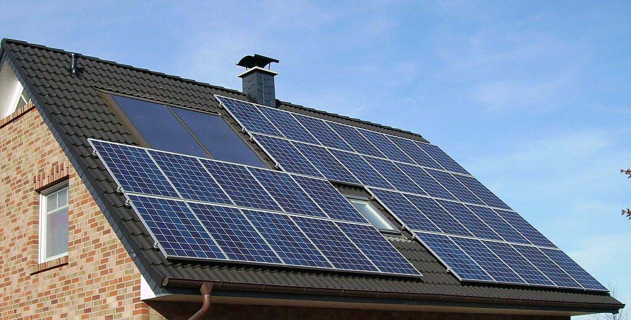 Panouri solare montate pe casa
