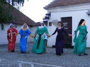 Domniţele Ordinului Cavalerilor Cetăţilor Bârsei prezentând un dans medieval