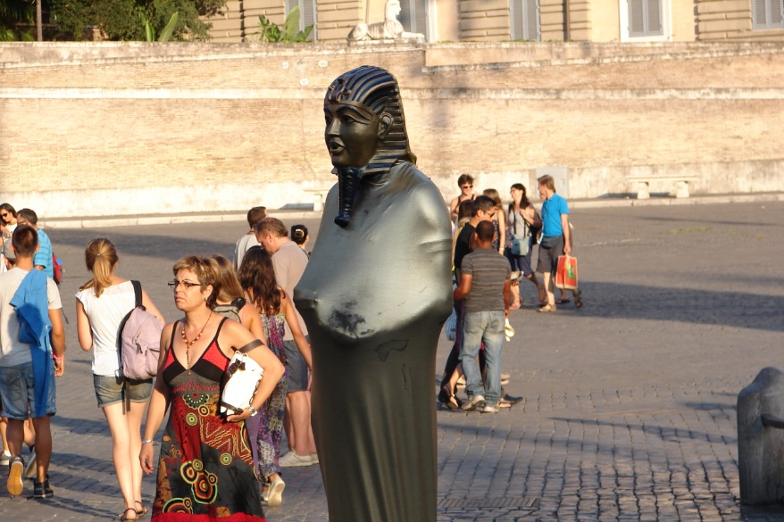 Omul statuie, Piazza di Trevi
