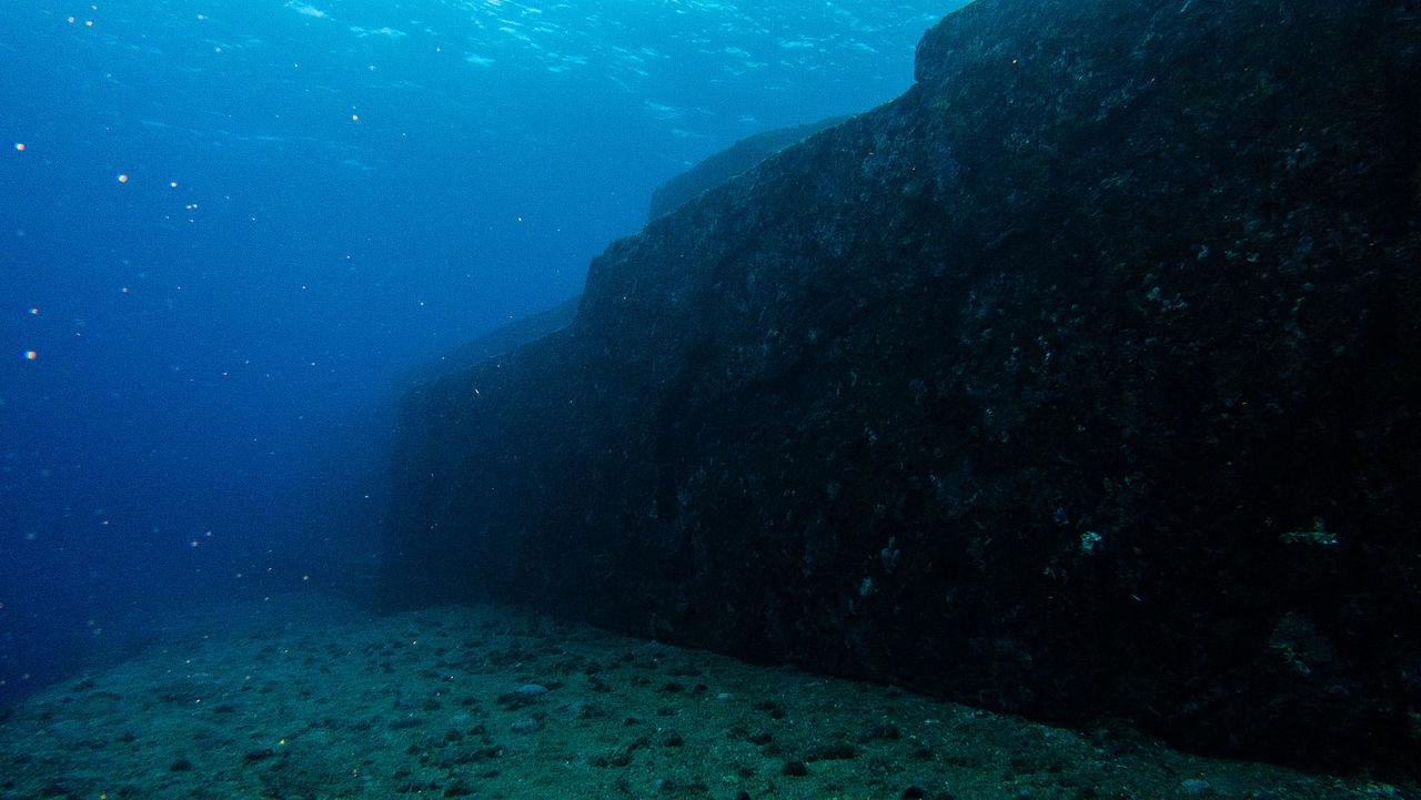 Piramide submarine1