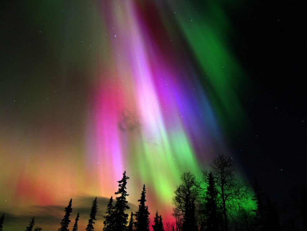Colorata-aurora-boreala-in-Finlanda