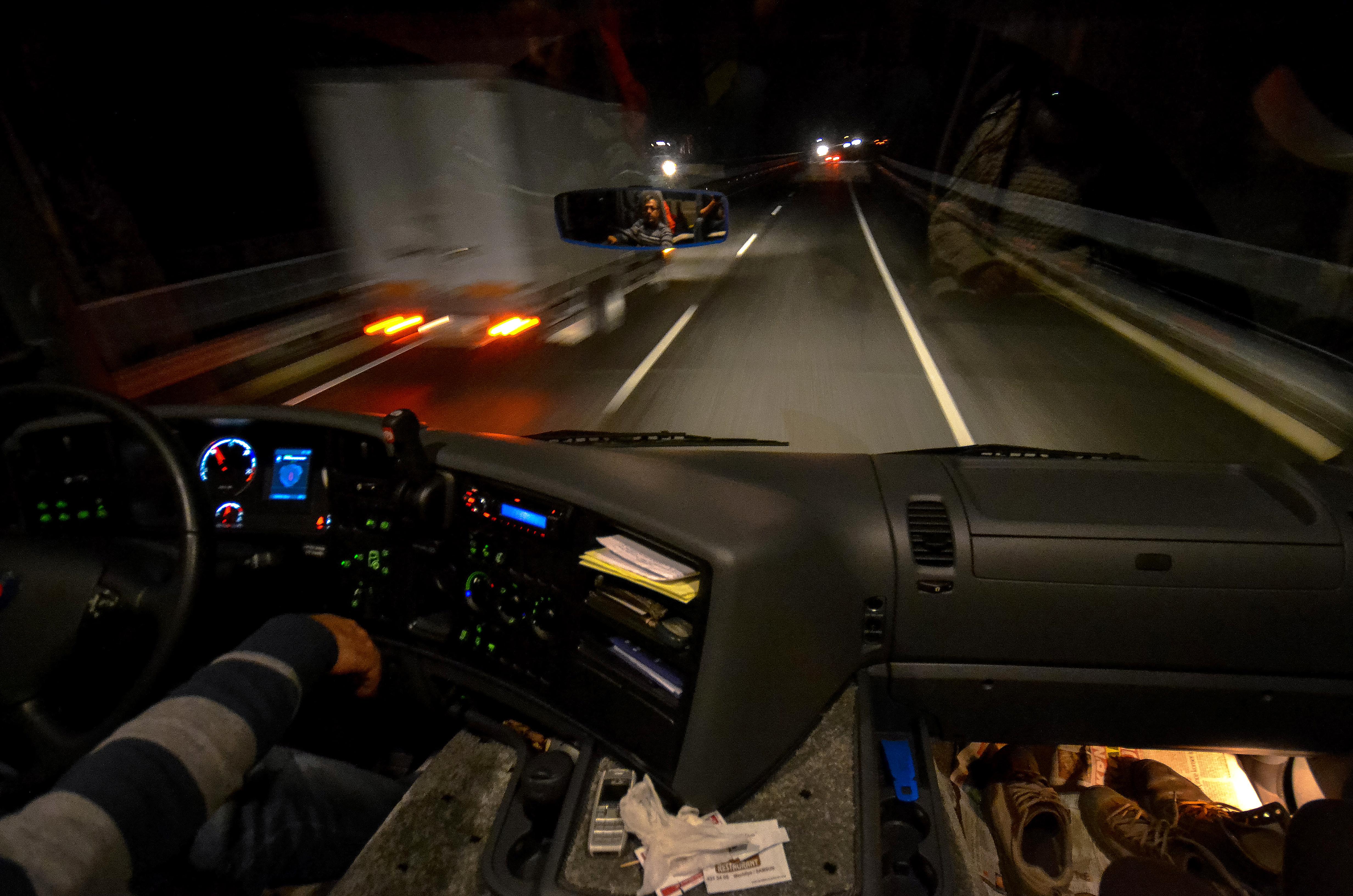 Poza 3 - Autostopul ån doi pe o cursa lunga de noapte cu TIR-ul este ceva foarte rar.