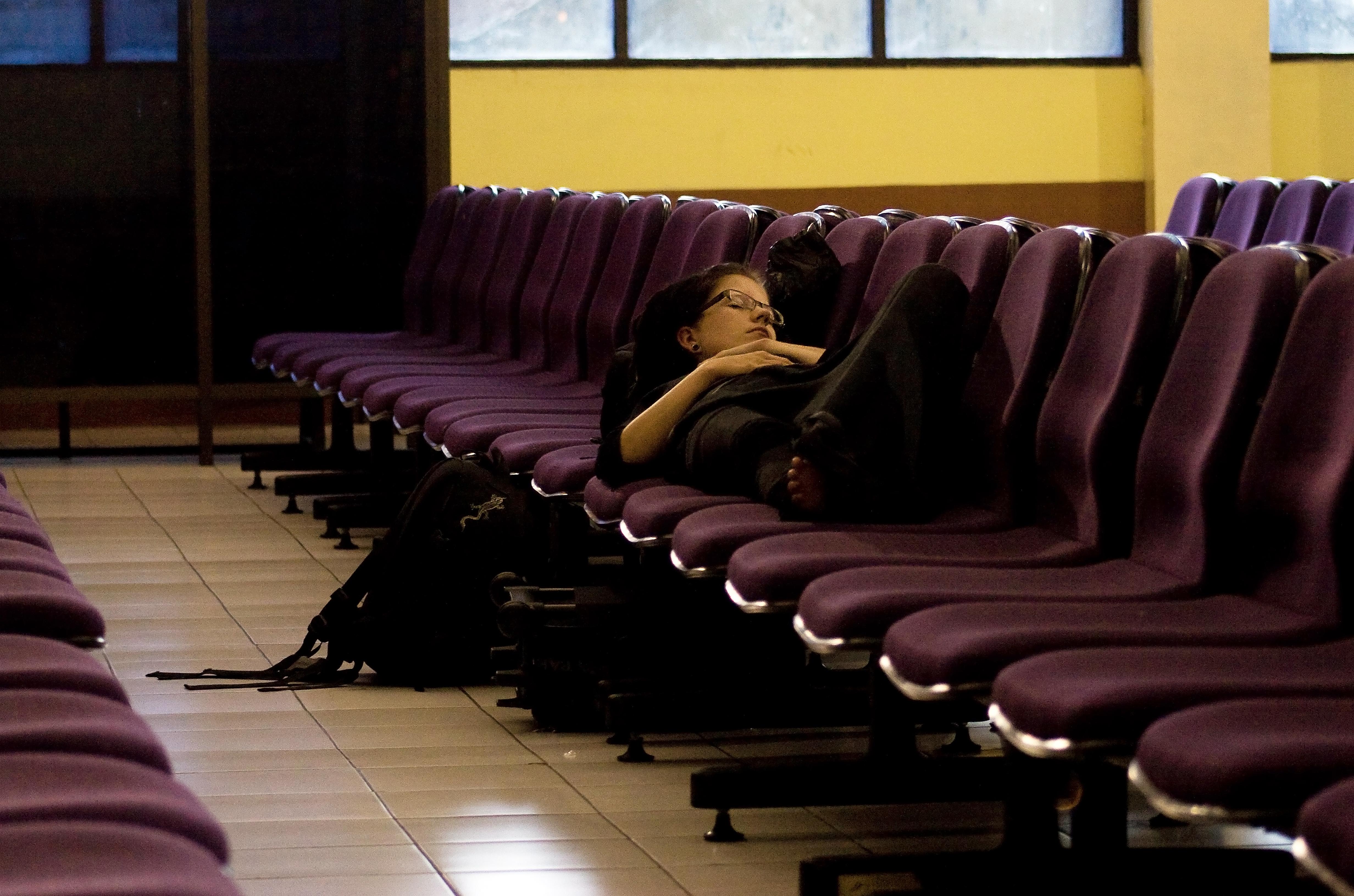 Un exemplu de paturi primitoare ce te așteaptă prin aeroporturi.