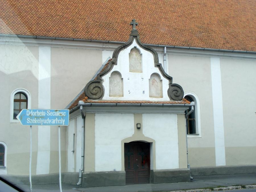 Biserica Sfanta Cruce intrare