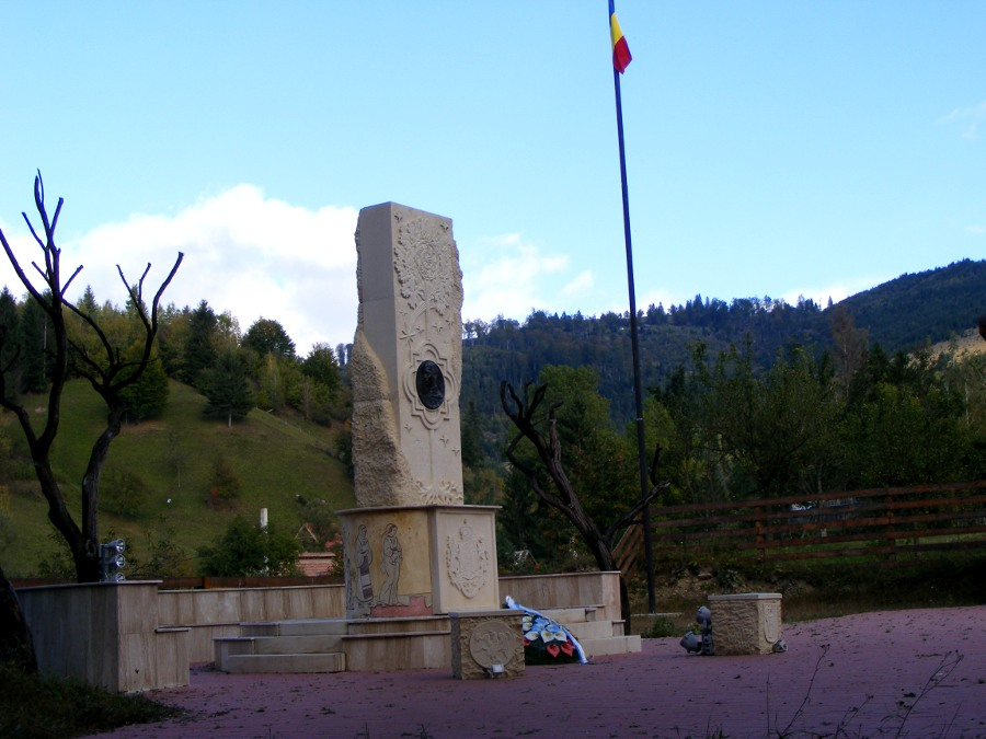 Monument si steag aproape