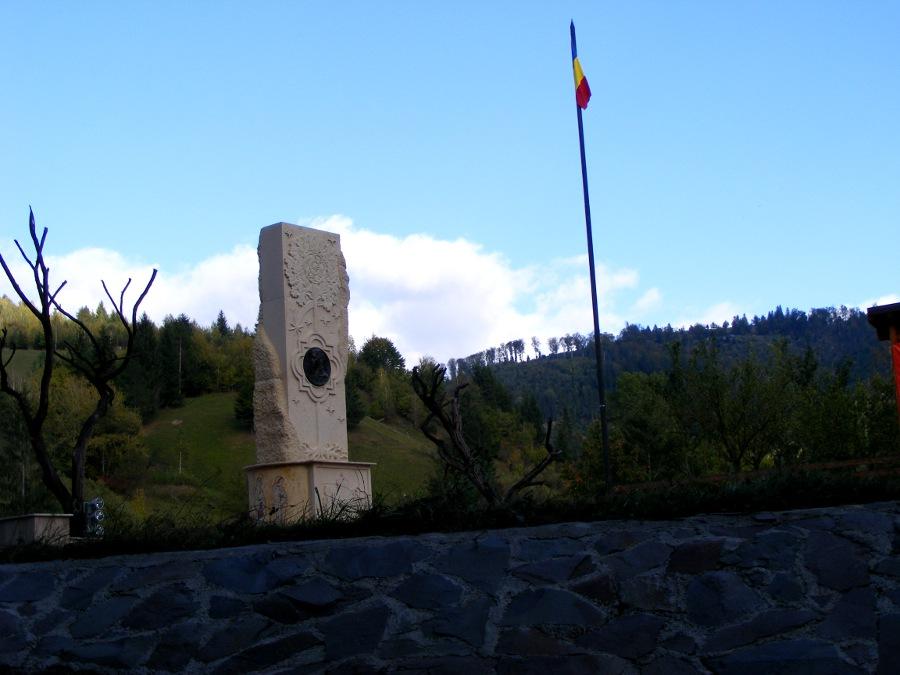 Monument si steag departare