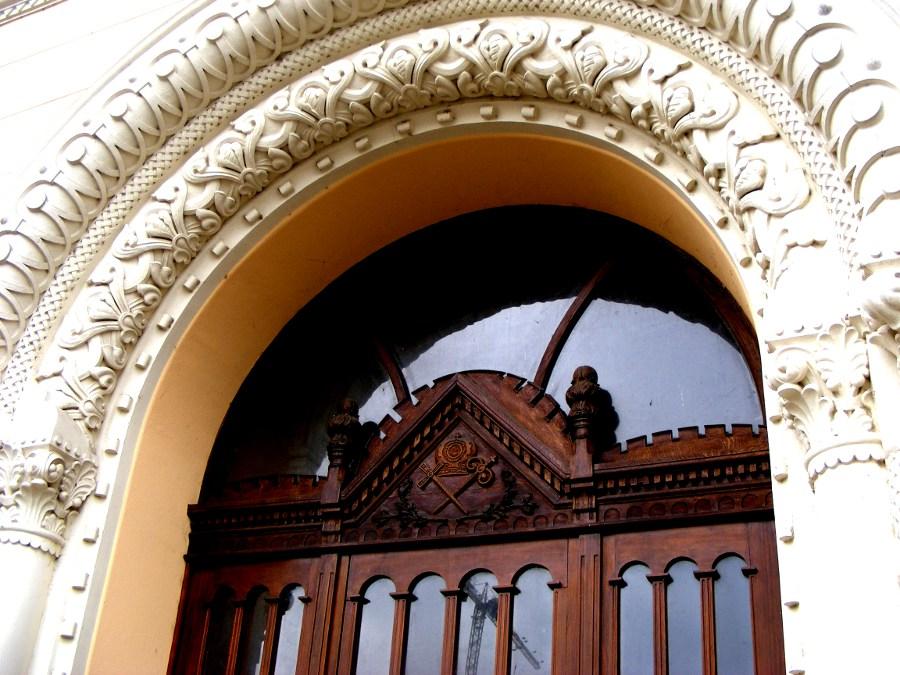 palat episcopal intrare