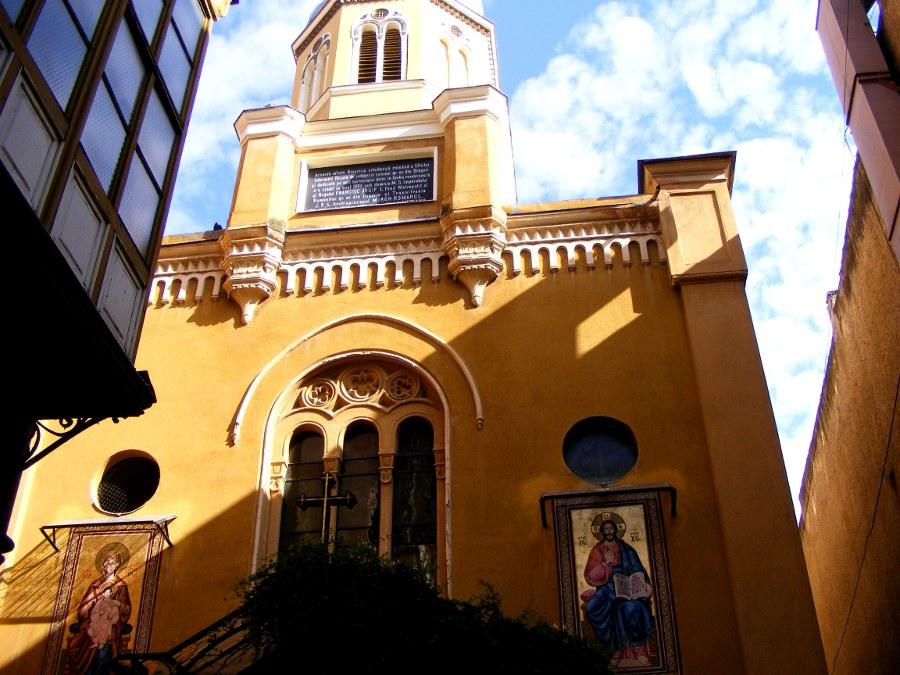 biserica din curtea interioara