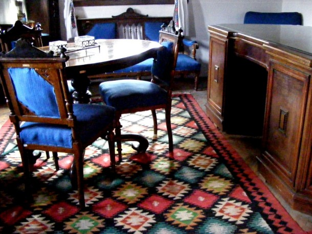 camera albastra cu birou