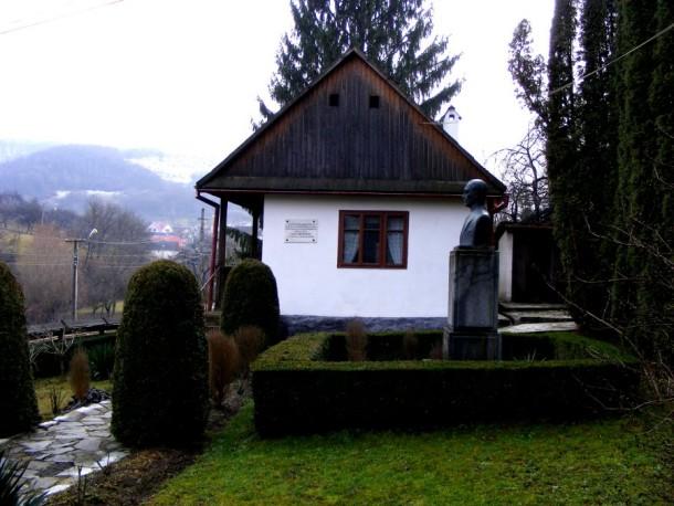casa exterior cu statuie