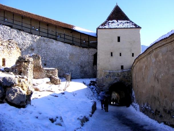 acces in cetatea rasnov
