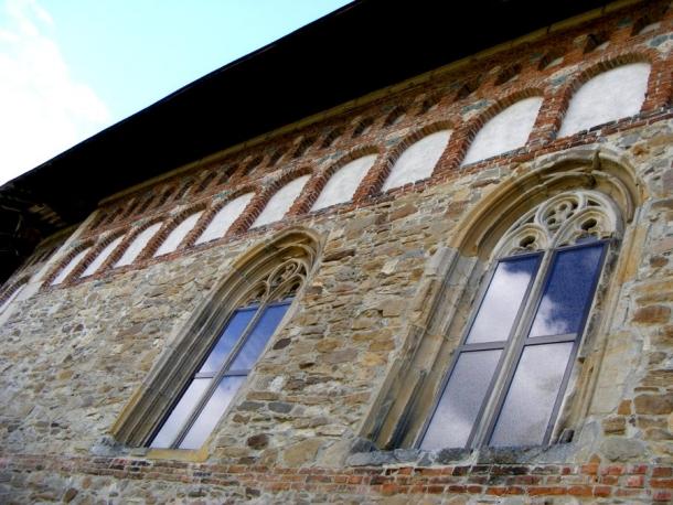 biserica borzesti ferestre rozete