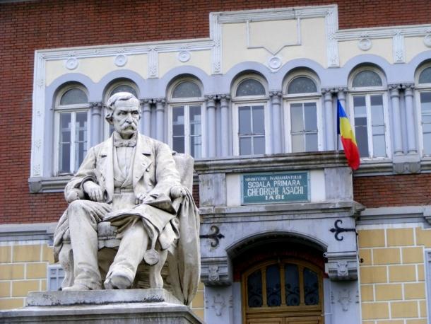 scoala si statuia asachi iasi