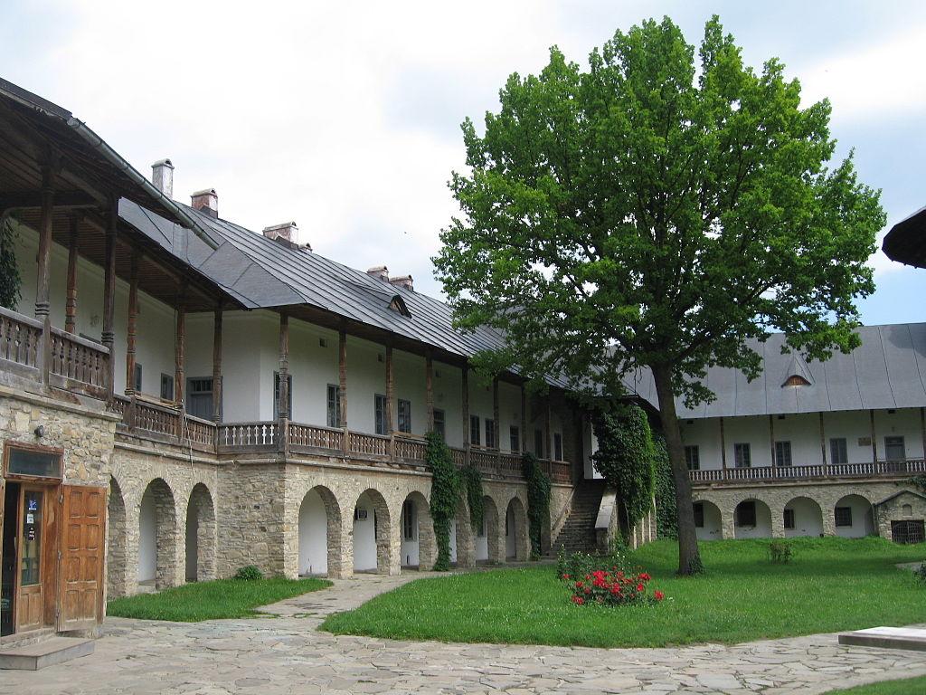 Mănăstirea Neamţ curte interioara