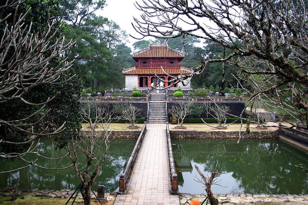 Mormintele imperiale de langa Hue1