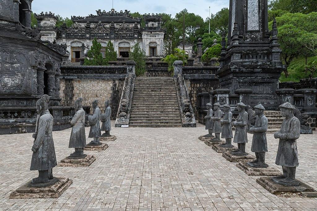 Mormintele imperiale de langa Hue111