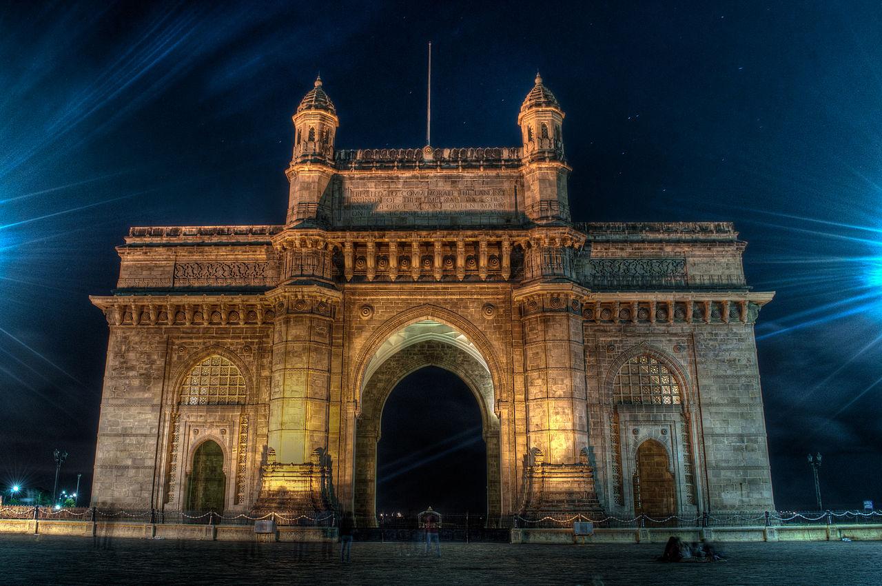 Poarta Indiei vazuta pe timp de noapte