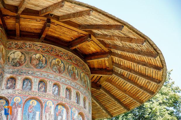acoperis-din-lemn-de-la-manastirea-voronet-judetul-suceava.jpg