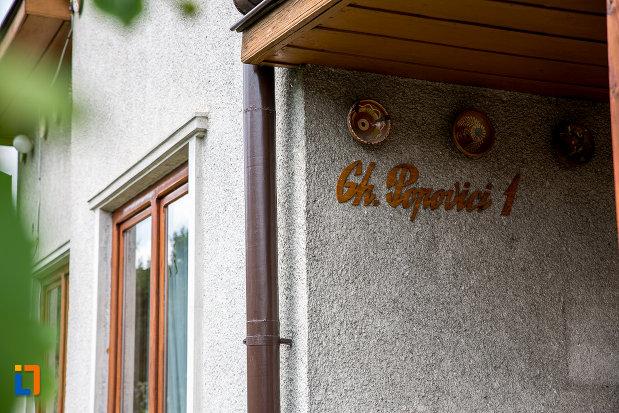 adresa-de-la-muzeul-lingurilor-ion-tugui-din-campulung-moldovenesc-judetul-suceava.jpg