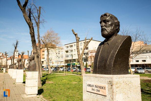 adrian-paunescu-grupul-statuar-din-fata-casei-de-cultura-a-studentilor-din-alba-iulia-judetul-alba.jpg