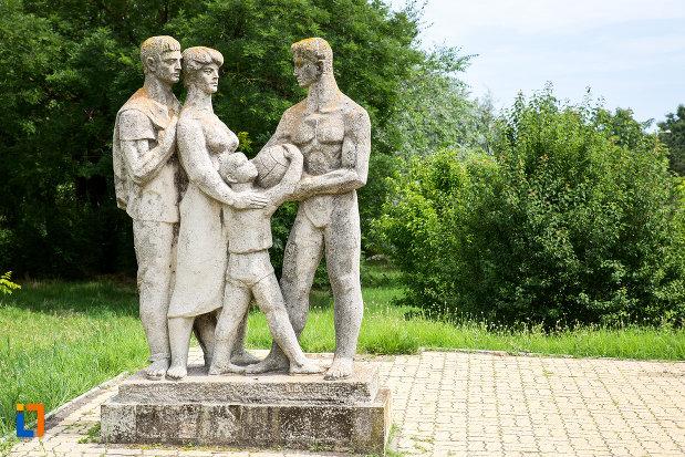 adulti-si-copil-grupul-statuar-din-eforie-nord-judetul-constanta.jpg