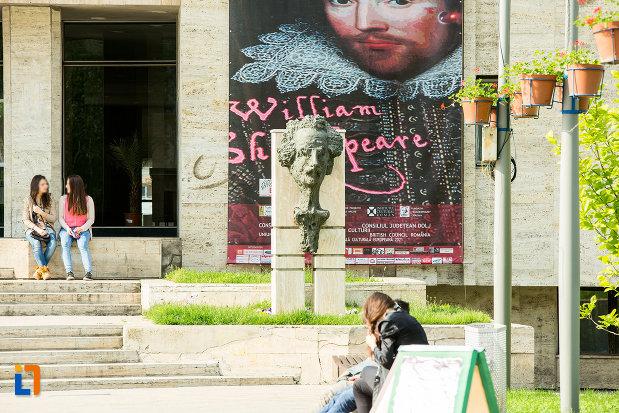 afise-si-sculptura-langa-teatrul-national-marin-sorescu-din-craiova-judetul-dolj.jpg