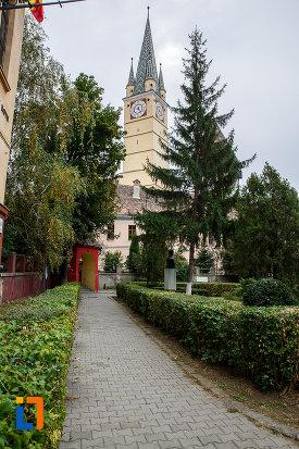 alee-ce-duce-la-biserica-evanghelica-sf-margareta-si-turnul-trompetilor-1488-din-medias-judetul-sibiu.jpg
