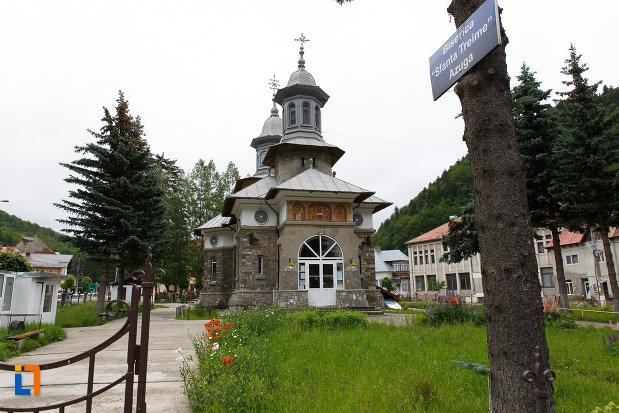 alee-ce-duce-la-biserica-ortodoxa-sf-treime-din-azuga-judetul-prahova.jpg
