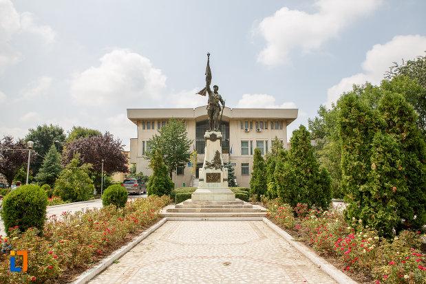 alee-ce-duce-la-monumentul-eroilor-cazuti-in-primul-razboi-mondial-din-alexandria-judetul-teleorman.jpg