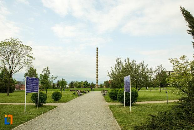 alee-ce-duce-spre-simbolul-parcului-coloanei-fara-sfarsit-din-targu-jiu-judetul-gorj.jpg