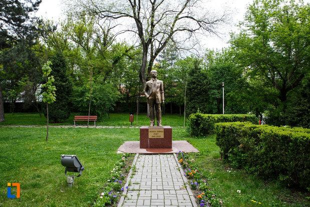 alee-cu-dale-catre-statuia-lui-gheorghe-tarnea-din-ramnicu-valcea-judetul-valcea.jpg