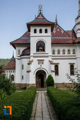 alee-cu-dale-spre-catedrala-adormirea-maicii-domnului-din-campulung-moldovenesc-judetul-suceava.jpg