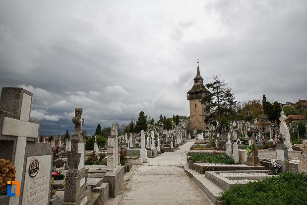 alee-de-cimitir-spre-turnul-vechii-biserici-ortodoxe-1700-din-deva-judetul-hunedoara.jpg