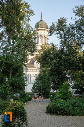 alee-de-parc-langa-catedrala-pogorarea-sfantului-duh-din-radauti-judetul-suceava.jpg