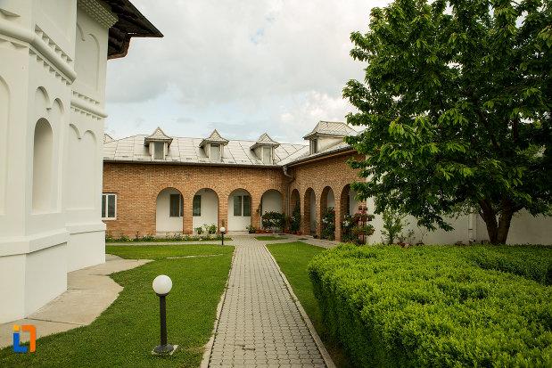 alee-din-curtea-manastirii-clocociov-din-slatina-judetul-olt.jpg