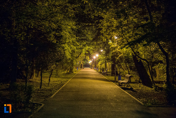 alee-iluminata-din-gradina-publica-sau-parcul-municipal-constantin-brancusi-din-targu-jiu-judetul-gorj.jpg