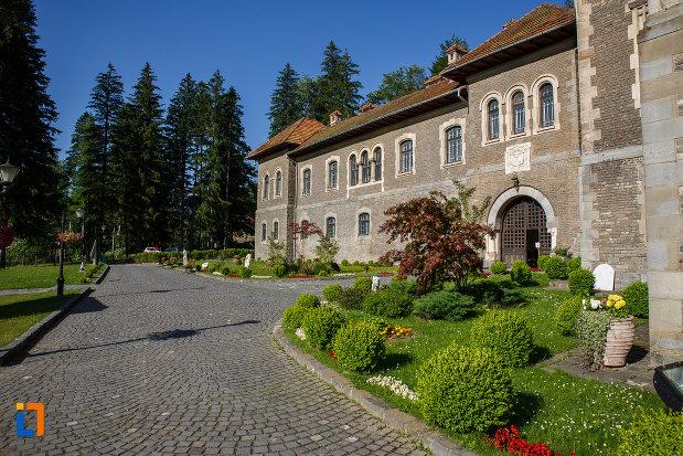 alee-langa-castelul-cantacuzino-din-busteni-judetul-prahova.jpg