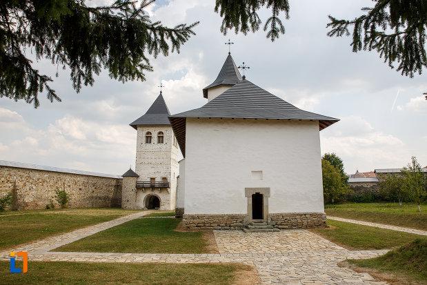 alee-pietruita-langa-manastirea-zamca-biserica-sfantul-auxentie-1551-din-suceava-judetul-suceava.jpg